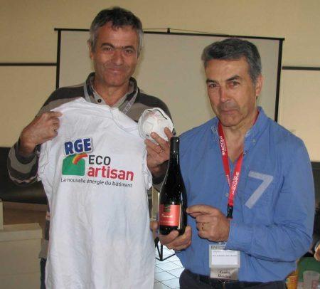 Conférence BNI Luçon dynamic: Atlantic Décor Stéphane Chiffoleau remet à François Mandin le cadeau du jour