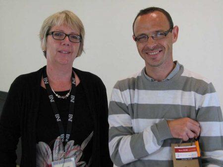 Conférence de Nathalie courtier en prêt immobilier Luçon Vendée et remise du cadeau à l'heureux élu du jour