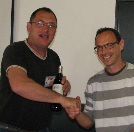 Jean-René Vergne reçoit le cadeau de Damien Verron systèmes d'alarme radio